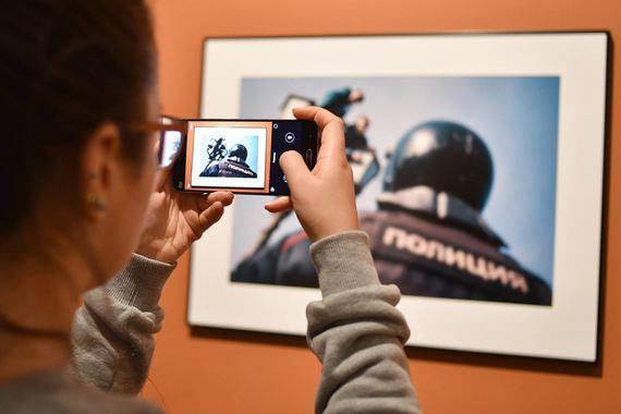 Выставка Best of Russia на «Винзаводе» - юбилейная, и в этом году организаторы собрали работы победителей 2017 года и 100 лучших фотографий проекта за десять лет. Каждый год фотоконкурс проходил в нескольких номинациях, лучшие снимки выбирало жюри