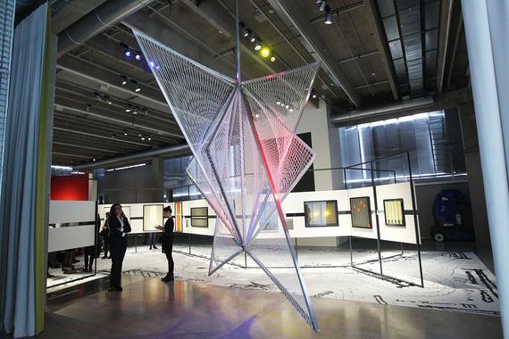 Весенние выставки в «Гараже» – достаточно зрелищные и в меру познавательные. «Трансатлантическая альтернатива. Кинетическое искусство и оп-арт в Восточной Европе и Латинской Америке в 1950–1970-е» – самая зрелищная, поскольку кинетическое искусство и оп-арт всегда предлагают эффектные визуальные аттракционы