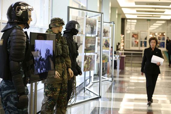 На выставке представлена как историческая, так и современная форма, снаряжения подразделений спецназа и разведки войск национальной гвардии