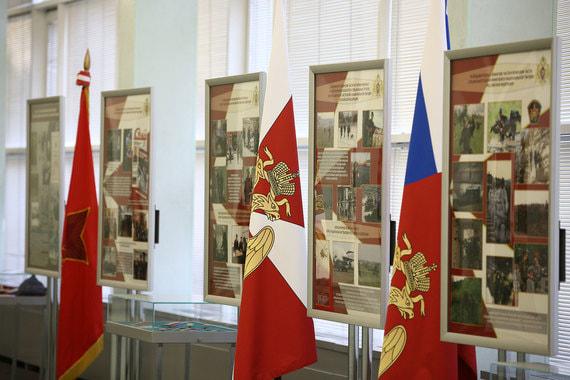 В здании Госдумы выставлены боевые знамена и флаги разных лет