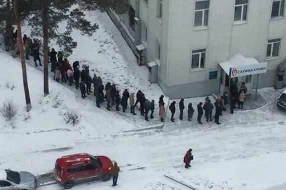 Жители Кемерова выстроились в очередь в пункт сдачи крови, сообщает «Интерфакс»