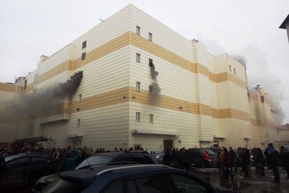 Губернатор Кемеровской области Аман Тулеев объявил, что семьи жертв пожара получат по 1 млн руб.