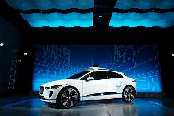 Jaguar и Waymo (подразделение самоуправляемых автомобилей холдинга Alphabet) оборудуют 20 000 электромобилей Jaguar I-Pace беспилотной технологией для организации сервиса беспилотного такси в США. Испытания прототипов начнутся в 2018 г., серийные поставки - к 2020 г.