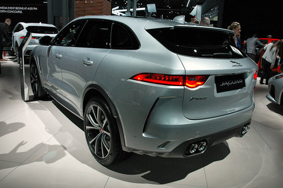 Jaguar F-Pace SVR - самая быстрая и мощная версия британского кроссовера c 5 л мотором V8 мощностью 550 л. с. Разгон до 100 км/ч - 4,3 с, максимальная скорость - 283 км/ч