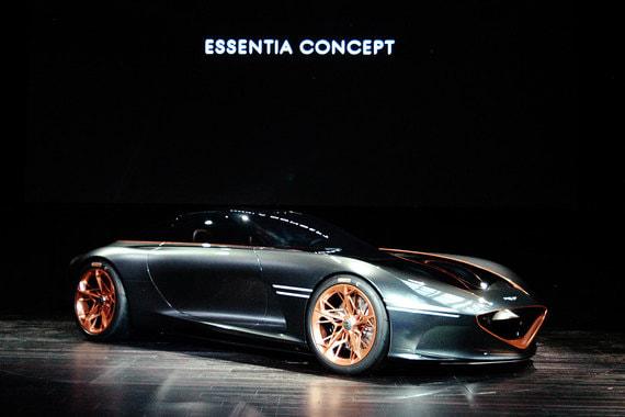Концепт купе Genesis Essentia с карбоновым кузовом и гильотинными дверями разработан шеф-дизайнером бренда Люком Донкервольке. Концепт оснащен электрической силовой установкой и дает представление о новом стиле премиального бренда, принадлежащего Hyundai, и технологиях, которые будут использоваться в будущих моделях Genesis