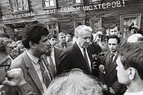 24 августа 1989 г. Народный депутат РСФСР, председатель Кемеровского  областного совета народных депутатов Аман Тулеев и председатель  Верховного совета РСФСР Борис Ельцин во время посещения  шахтерских бараков
