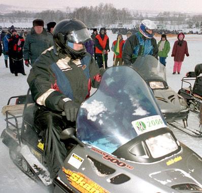 Январь 2000 г. Тулеев, увлекающийся снегоходным  спортом, приехал посмотреть на проводимые в области всероссийские  соревнования и покататься на снегоходе