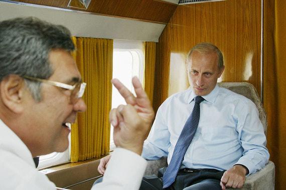 Август 2002 г. Президент России Владимир Путин и Тулеев в салоне вертолета, который направляется в Междуреченск