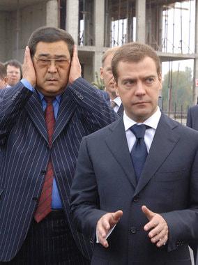 Сентябрь 2006 г. Первый вице-премьер  Дмитрий Медведев и Аман Тулеев во время посещения  строительной площадки в городе-спутнике «Лесная Поляна»