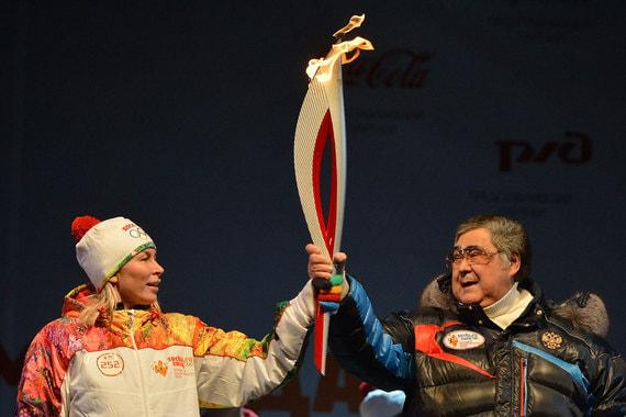 Ноябрь 2013 г. Факелоносец Наталья Шиве и губернатор Кемеровской области Аман Тулеев на  торжественной церемонии зажжения чаши Олимпийского огня в Кемерове