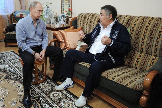 Январь 2012 г.  Владимир Путин, занимавший тогда пост премьер-министра, в доме Тулеева. Губернатор Кемеровской области проходил послеоперационную реабилитацию