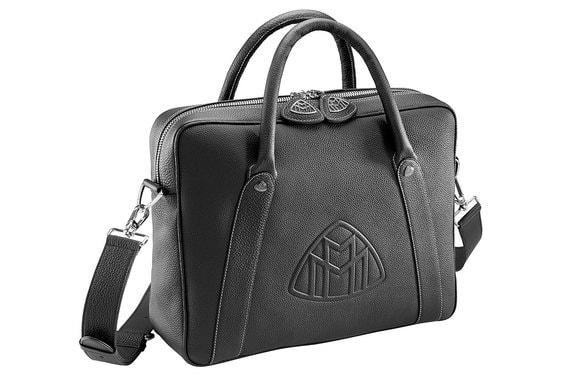 Самыми же доступными в списке дополнительных аксессуаров можно назвать фирменные кожаные аксессуары. Например, сумка Mercedes Maybach с тисненым логотипом в виде двух букв «M» обойдется в 304 779 руб.