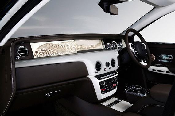 Самый новый и один из самых дорогих вариантов персонализации автомобилей предлагает Rolls-Royce. С прошлого года покупателям Phantom VIII доступна опция под названием The Gallery: застекленное торпедо лимузина выступает в роли витрины, в которой может быть выставлен практически любой объект искусства, подходящий по размерам