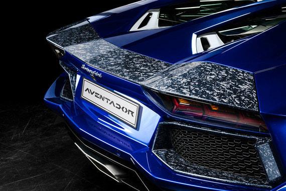 Самая дорогая опция Lamborghini — пакет внешней отделки из кованого композита для модели Lamborghini Aventador стоимостью 6 150 000 руб.. Запатентованный маркой материал  состоит из измельченных волокон углерода и смолы кованый и позволяет создавать облегченные детали сложных геометрических форм, сохраняющие оптимальную жесткость, что невозможно произвести из традиционных углеволоконных композитных материалов