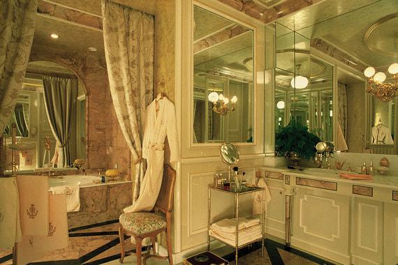 На момент открытия в 1898 г. Ritz Paris был первым отелем в мире, в котором ванной был оборудован каждый номер. Ванным комнатам и сейчас уделили особое внимание, оборудовав их подогреваемым полом, двумя раковинами и самыми продвинутыми душевыми кабинами