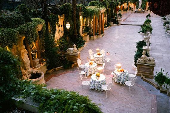 Внутренний двор отеля, где раньше располагался ресторан, трансформировали в сад. Проект разрабатывал французский ландшафтный архитектор Жан Мюс (Jean Mus), решивший оформить его в стиле садов Версаля