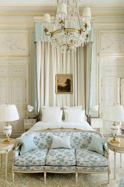Люкс Windsor назван в честь герцога и герцогини Виндзорских, бывших частыми гостями отеля. В отделке номера использованы оттенки сиреневого – любимого цвета герцогини