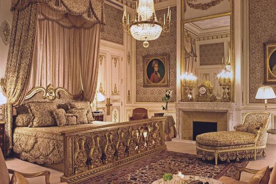 Стилистику номеров практически не меняли, только сделали более легкой. На фото: спальня в главном люксе отеля Suite Imperiale в 80-е и после реновации
