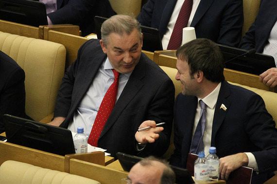 Член комитета Госдумы по охране здоровья Владислав Третьяк (на фото слева)