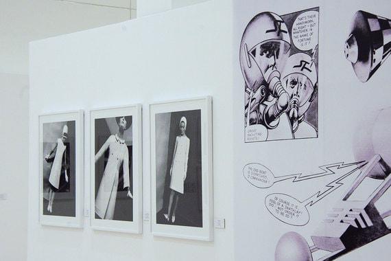 Сразу три выставки представляют итальянскую фотографию. «Zero Gravity / В невесомости» Джонни Монкада включает снимки, сделанные мастером с 1962 по 1969 г., когда он работал над созданием образа «футуристической женщины». Создавая необходимое настроение, Монкада помещал моделей в «космические» интерьеры, созвучные творениям самых авангардных модельеров того времени