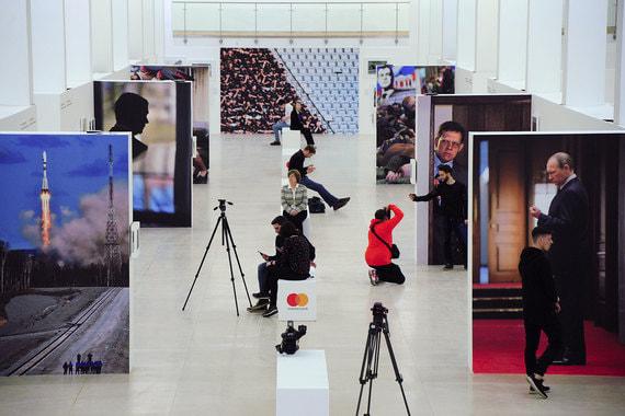 В Центральном Манеже открылась одна из трех выставок «Фотобиеннале-2018», которую проводит Мультимедиа Арт Музей. Экспозиция объединяет восемь самостоятельных проектов российских и зарубежных авторов