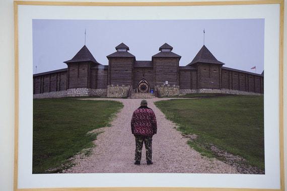 Идея выставки «Архаика» Валерия Нистратова - показать, как архаичные и, казалось, устаревшие привычки, вещи, мысли незаметно стали частью современной российской жизни