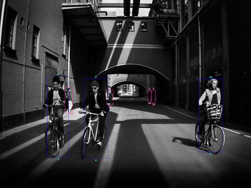 Серия Moments, снятая американским фотографом, трехкратной обладательницей Пулитцеровской премии Барбарой Дэвидсон, - первая в мире выставка фотографий, сделанных на камеру автомобиля