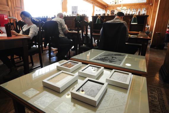 В Российской государственной библиотеке проходит выставка номинантов премии в области современного искусства «Инновация-2018». Арт-объекты выставлены непосредственно в читальных залах библиотеки, на Мраморной лестнице и вокруг нее