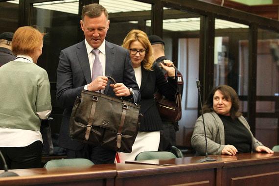 Защита Улюкаева в апелляционной жалобе попросила отменить обвинительный  приговор и оправдать экс-министра. Адвокаты мотивировали это тем, что  доказательства вины Улюкаева носят неполный характер – он был лишен  возможности задать вопросы главному свидетелю обвинения Сечину