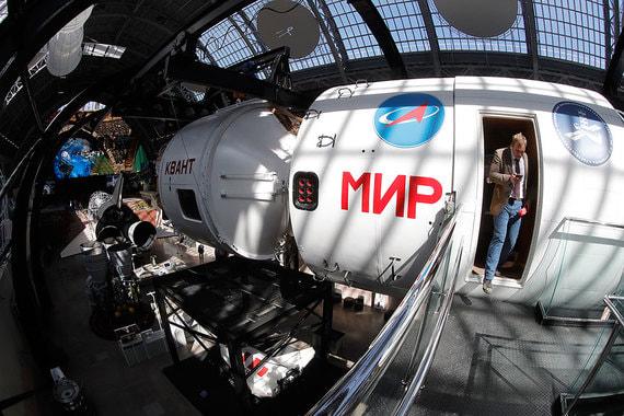 Макет советской и российской космической станции «Мир» с научным модулем «Квант». Оригинал существовал на орбите с 1986 по 2001 г.