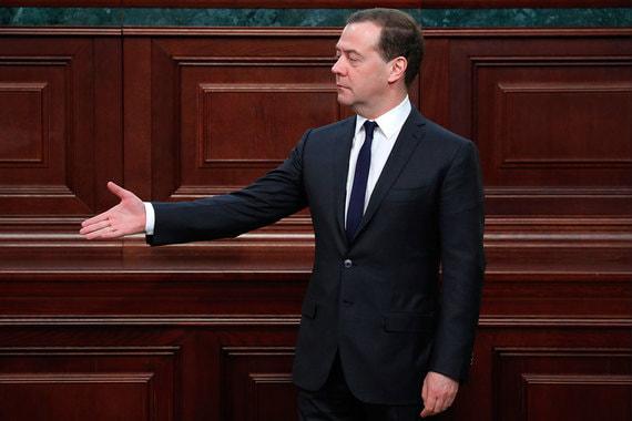 Премьер-министр Дмитрий Медведев заработал в 2017 г. 8,56 млн руб. В позапрошлом году он получил доход в размере 8,59 млн руб. Имущество премьера за год не изменилось. Он владеет квартирой площадью 367,8 кв. м, автомобилями «ГАЗ-20» 1948 года выпуска и «ГАЗ-21» 1962 года выпуска. Медведев также арендует земельный участок площадью 4700 кв. м на 49 лет