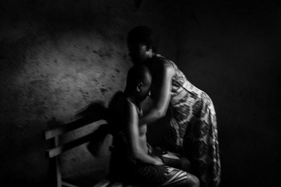 Номинация: «Современные проблемы. Серия фотографий»Название снимка и автор: «Запрещенная красота», Эба Хамис, Египет. О чем фотографии: Снимки запечатлели традиционную практику - девочкам массируют грудь, чтобы предотвратить ее рост и тем самым защитить их от сексуального насилия и похищений