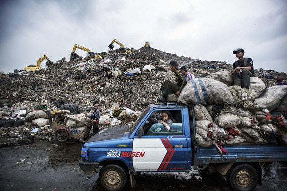 Номинация: «Окружающая среда. Серия фотографий»Название снимка и автор: «Страна мусора», Кадир ван Лоуизен. О чем фотографии: На свалку в Олусосуне, Нигерия, поступает около 3000 тонн отходов и более 4000 человек, многие из которых живут там же, на территории свалки, вручную копаются в мусоре, выбирая все, что можно продать или переработать