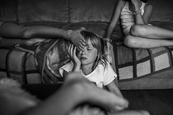 Номинация: «Длительные проекты»Название снимка и автор: «Я из Вальдфиртеля», Карла КогельманО чем фотографии: Серия документальных снимков показывает повседневную жизнь сестер Алены и Ханны, живущих в голландском Вальдфиртеле