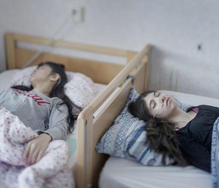 Номинация: «Люди. Одиночный кадр»Название снимка и автор: «Синдром отстраненности», Магнус Веннман, Швеция. О чем фотография: Две девушки с редкой особенностью - синдромом отстраненности, страдающие которым не способны ни на какую физическую активность, от еды и речи до движения