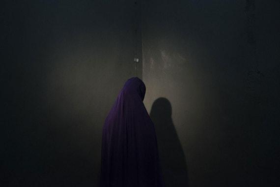 Номинация: «Люди. Серия фотографий» Автор: Адам ФергюсонО чем фотографии: Репортаж американского фотографа с портретами девушек, похищенных боевиками радикальной нигерийской исламистской группировки «Боко Харам» (запрещена в России), но убежавшим из плена