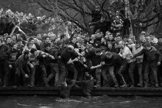Номинация: «Спорт. Одиночный кадр» Название снимка и автор: «Королевский футбол», Оливер СкарффО чем фотография: Британский фотограф снял, как спортсмены борются за мяч во время матча по средневековому футболу в Эшберне, графство Дербишир