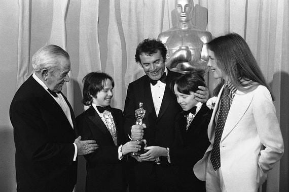 Фильм «Пролетая над гнездом кукушки» получил пять «Оскаров», в том числе за лучшую  режиссуру, и принес Форману мировую славу. На фото режиссер с сыновьями на церемонии в 1976 г.