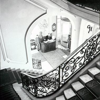 Главная лестница отеля не менялась. Зона регистрации, комната с потолками высотой 3,05 м и мезонином над ней, была преобразована в пространство с 5,5-метровыми потолками