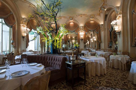 Флагманский ресторан отеля – L'Espadon. После реновации его шефом (а также шеф-поваром всего отеля) стал Николя Саль, ресторан получил две звезды гида Michelin (из максимальных трех)