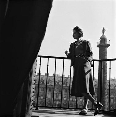 До реновации в Ritz Paris было 106 номеров и 56 люксов, окна 12 из них выходили на Вандомскую площадь. Сейчас в отеле 142 номера – 71 обычный и 71 люкс. На фото: Габриэль Шанель на балконе отеля; люкс «Мансарда», расположенный на верхнем этаже, 2017 г.