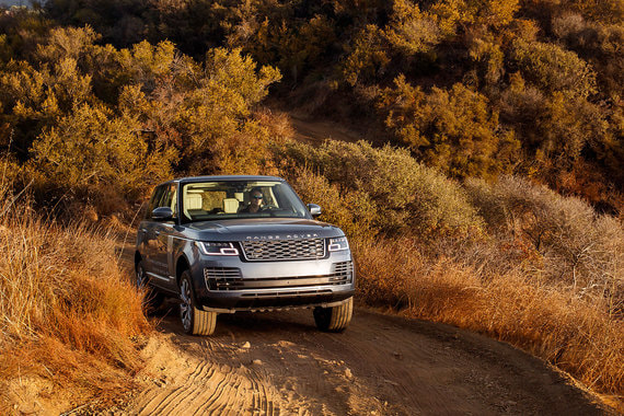 Автомобили британского автопроизводителя Land Rover предпочитают 48 чиновников, из них 26 ездят на люксовых внедорожниках Range Rover