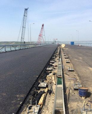 С мая по мосту будет разрешено движение легкового транспорта и пассажирских автобусов. Ожидается, что грузовой транспорт будет допущен на мост с осени