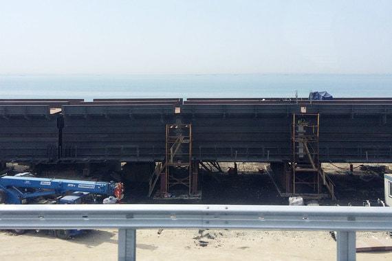 Строительство железнодорожного моста еще в самом разгаре. В некоторых местах уложено полотно моста