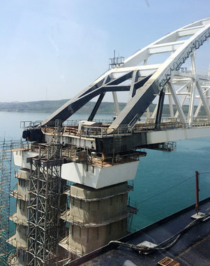 До арки железнодорожного моста строители еще не дошли