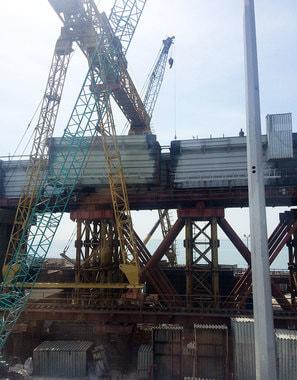 Стапельный участок. Здесь полотно моста укладывается на колонны