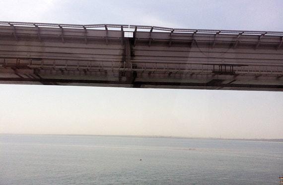 Железнодорожное полотно моста монтируется на суше, а затем надвигается на готовые колонны мощными домкратами