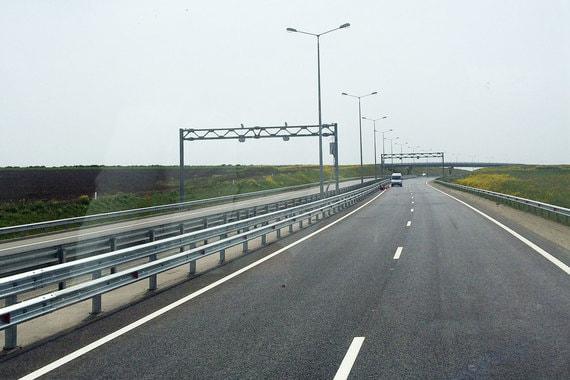 Параллельно заканчивается обустройство 40-километровой дороги, ведущей к мосту. Проезд по ней еще не открыт