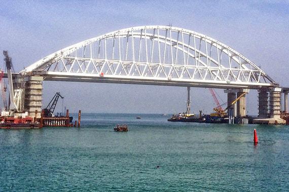 Длина обеих ниток мостов – по 19 км. Треть из них проходит над морем