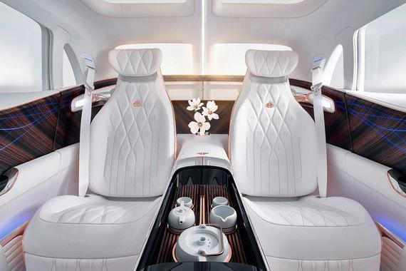 Спинки, подушки и подголовники задних сидений регулируются независимо. Кресла оснащены массажем и ароматизаторами